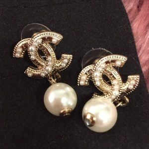 💕beautiful authentic Chanel pearl earrings!